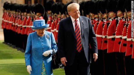 Königin Elizabeth II. Und Donald Trump inspizieren die Ehrengarde der Coldstream Guards während einer Begrüßungszeremonie im Windsor Castle in Windsor am 13. Juli 2018