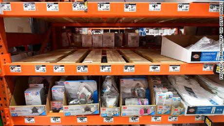 Les étagères vides pour les masques N95 sont maintenant la norme aux États-Unis alors que les Américains se précipitent pour les acheter. Certains sino-américains les envoient à leurs familles à l'étranger, où les stocks sont limités.