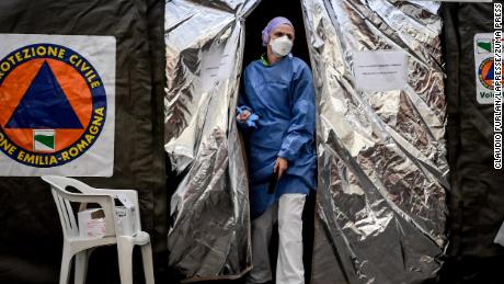 Risk of global coronavirus spread 'very high' warns WHO as China situation stabilizes