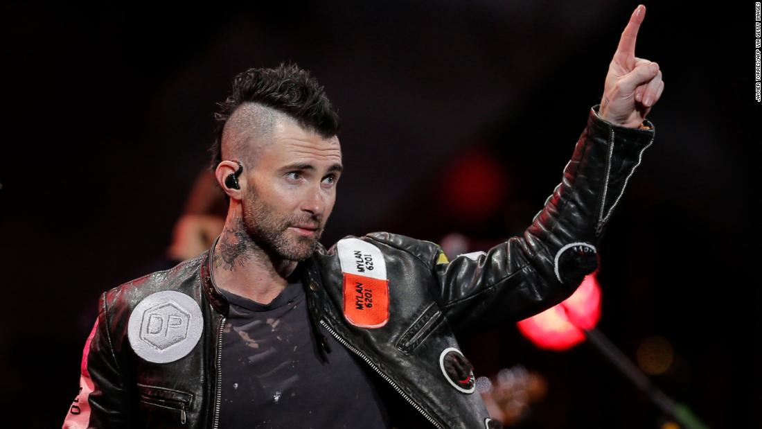 Adam Levine meminta maaf setelah fans mengkritik Maroon 5 untuk kinerja yang lemah