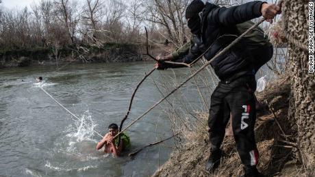 Migrantai sako, kad Graikijos pajėgos juos apnuogino ir su apatiniais išsivežė atgal į Turkiją