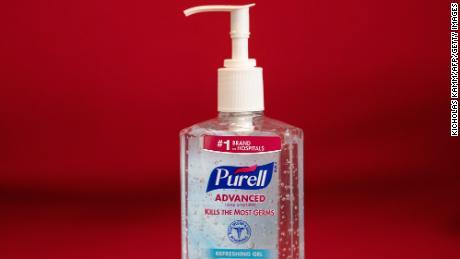 Le syndicat des agents de bord veut de grandes bouteilles de savon pour les mains dans les avions