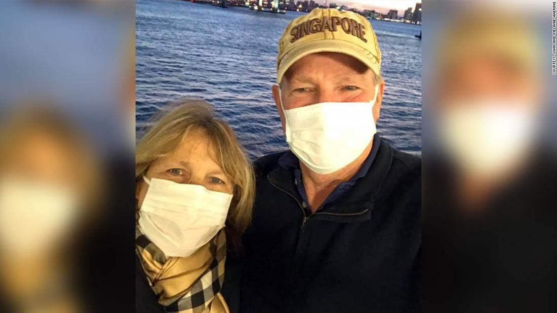 Δυο αφαιρέστε τις μάσκες τους για ένα φιλί μετά από coronavirus τους ανάγκασε εκτός