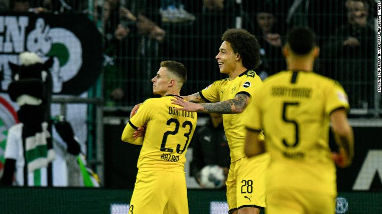 Thorgan Hazard Dortmund ฉลองเป้าหมายของเขากับเพื่อนร่วมทีมและเพื่อนร่วมทีม Axel Witsel กองกลางชาวเบลเยียม