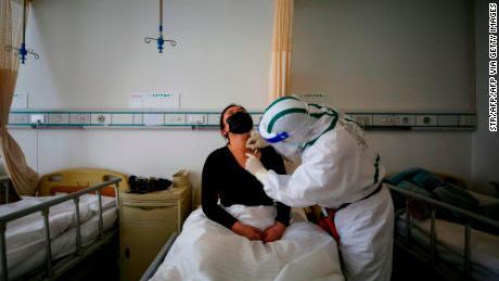 Un patient infecté par le coronavirus COVID-19 reçoit un traitement d'acupuncture à l'hôpital de la Croix-Rouge à Wuhan, en Chine
