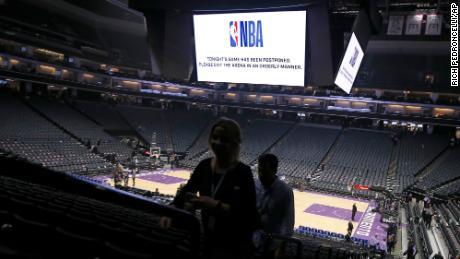 La NBA a reporté sa saison après qu'un membre de l'Utah Jazz ait été testé positif au coronavirus le 11 mars 2020.