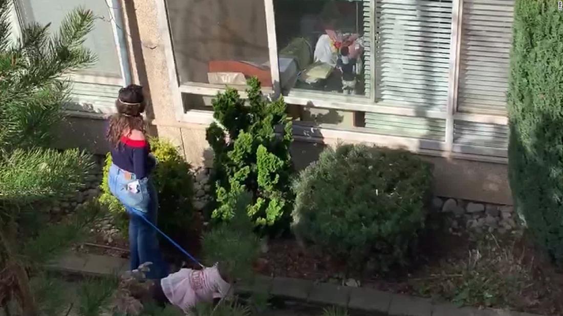 Οικογένειες θέρετρο, να φωνάζει στους αγαπημένους τους έξω από τους ευγηρίας στην πολιτεία της Ουάσιγκτον