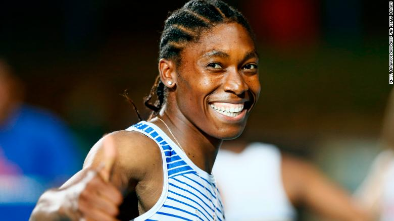 Caster Semenya ผู้ชนะเลิศโอลิมปิก 800 เมตรของแอฟริกาใต้ต่างยิ้มแย้มหลังจากชนะการแข่งขันรอบชิงชนะเลิศหญิงรอบ 200 ม. ที่กรีฑากัวเต็งนอร์ ธ แชมเปี้ยนชิพที่สนามกีฬา LC de Villiers ในพริทอเรียเมื่อวันที่ 13 มีนาคม 2020