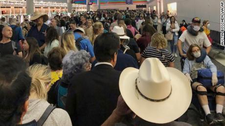 Des citoyens américains revenant d'outre-mer disent attendre des heures pour le dépistage des coronavirus dans les aéroports