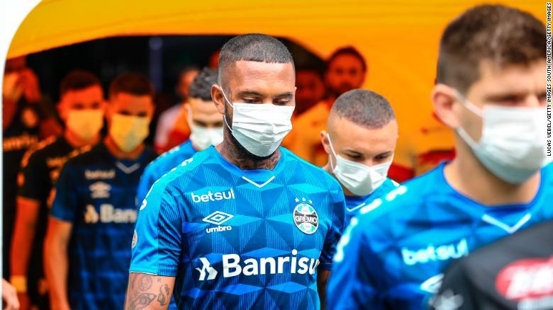ผู้เล่น Gremio สวมหน้ากากในสนามเมื่อวันอาทิตย์ที่ผ่านมา