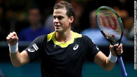 Vasek Pospisil își sărbătorește victoria împotriva lui Daniil Medvedev la Roterdam, Olanda, la începutul acestui an.