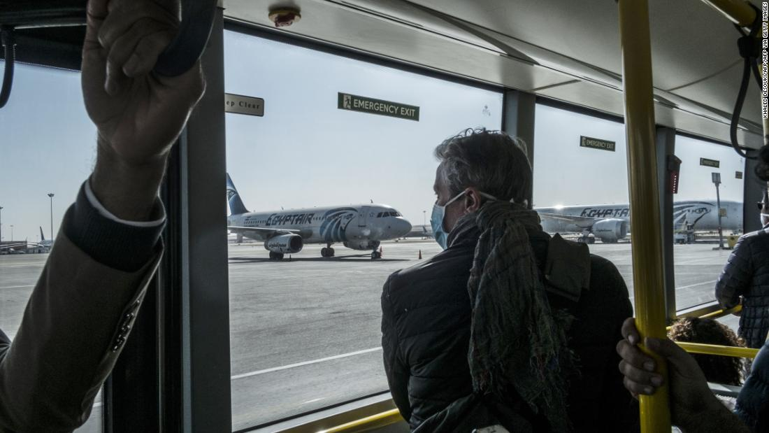 13,000 gestrandeten Amerikaner kämpfen, um zu finden den Weg nach Hause als Pandemie überspannungen