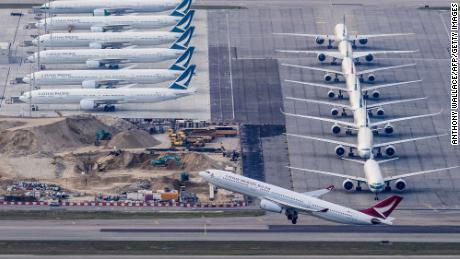 Cathay Pacific, koronavirüs pandemisi üzerindeki neredeyse tüm yolcu uçuşlarını kesti