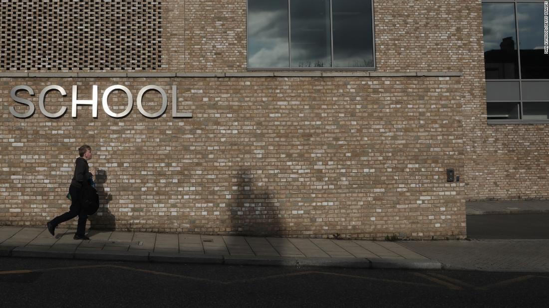 Großbritannien schließt Schulen, um alle mit Ausnahme der Kinder der