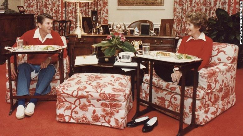 1981 නොවැම්බර් 6 වන දින ධවල මන්දිර නිවසේ රූපවාහිනී තැටි වල ආහාරයට ගත් රේගන්ස්. (අනුග්රහය රේගන් පුස්තකාලය)