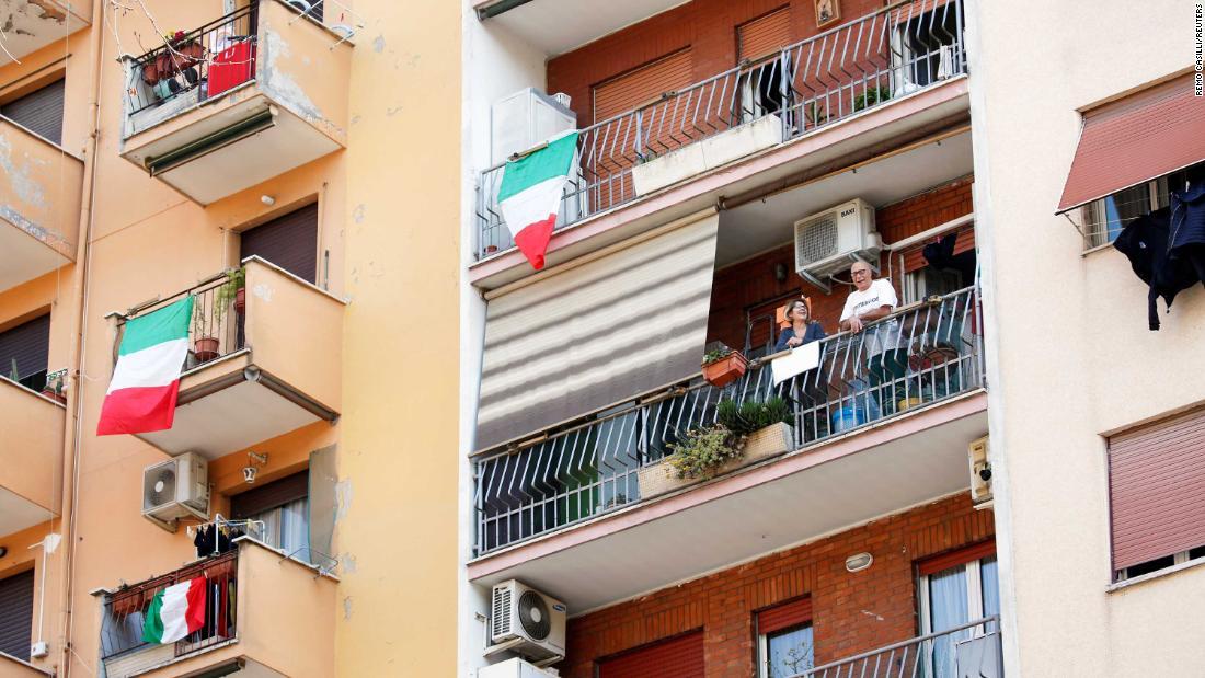 Οι ιταλοί τραγουδούν μαζί σαν ραδιοφωνικοί σταθμοί μεταδίδουν εθνικό ύμνο