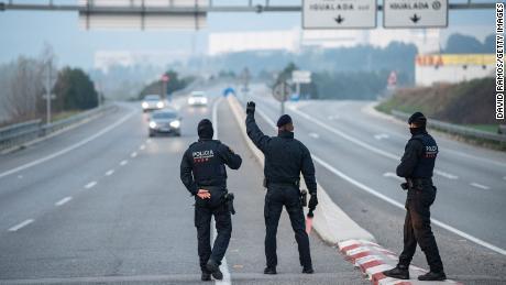 España está bloqueada debido al brote de coronavirus, con la policía en los puestos de control.