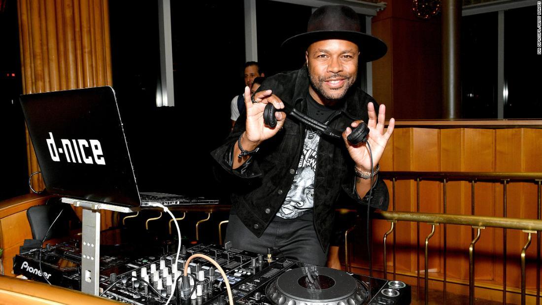 DJ D-Nice πέταξε #ClubQuarantine. Ακόμη Μπάιντεν και Σάντερς ήρθε
