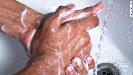 Los usuarios de mascarillas no se relajan con el lavado de manos, sugiere un estudio