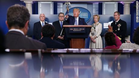 Les responsables de la Maison Blanche à la recherche d'un moyen d'ouvrir & # 39; économie sans catastrophe sanitaire