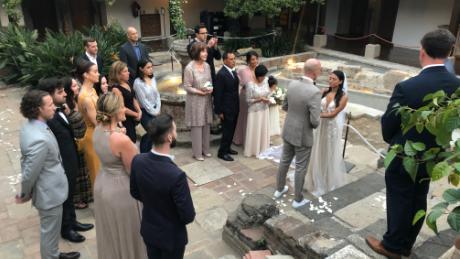 Trish Barillas et Charlie Sandlan ont choisi de retransmettre en direct leur mariage au Guatemala après que l'épidémie de coronavirus s'est intensifiée et que les invités en provenance des États-Unis ne pouvaient plus y assister.
