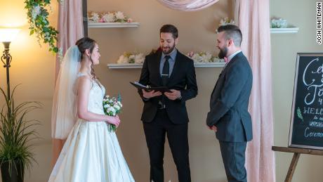 Le couple canadien Celena Peters et Josh Whiteman avaient de la famille et des amis de partout au Canada pour assister à leur mariage en Alberta. Avec certains invités à haut risque pour Covid-19, le pasteur du couple a mentionné la diffusion en direct comme une option afin que les invités puissent toujours les rejoindre.