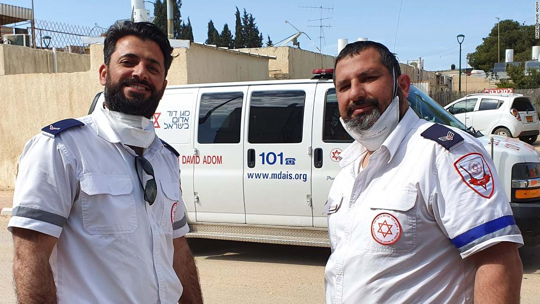 Các nhân viên y tế Hồi giáo và Do Thái tạm dừng để cầu nguyện cùng nhau. Một trong nhiều khoảnh khắc đầy cảm hứng trong cuộc khủng hoảng coronavirus
