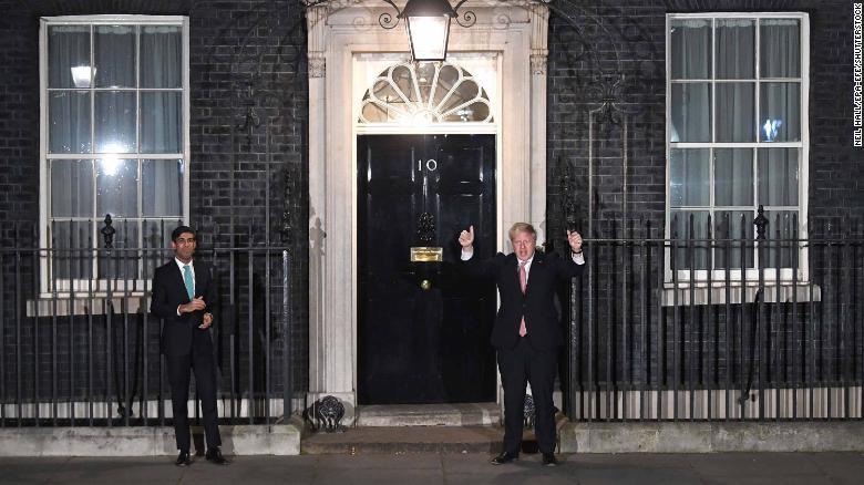 鲍里斯·约翰逊(Boris Johnson),右,在星期四晚上与他的财政部长Rishi Sunak站在一处距离处。