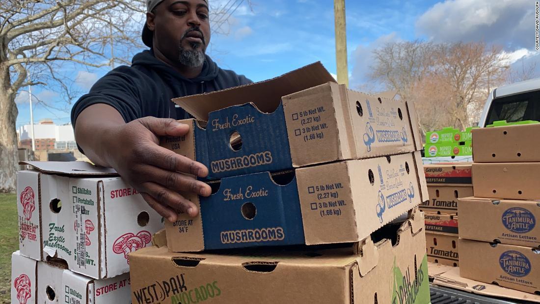 Ντιτρόιτ μαμά-και-pop εστιατόρια τώρα μαγειρέψουν φαγητά για άστεγους