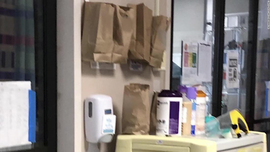 Ein Louisiana-Krankenhaus ist mit braunen Papier-Taschen, die von der Intensivstation Türen zum speichern von Masken verwendet