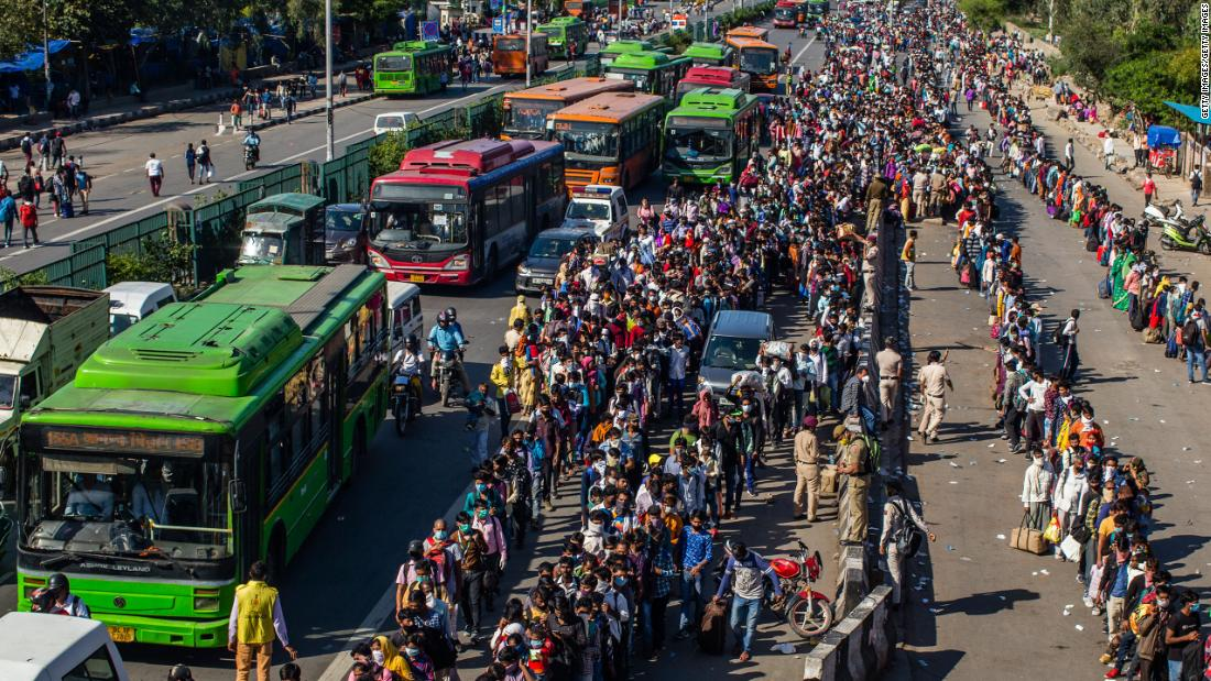 Adegan kacau sebagai pekerja migran mencoba untuk meninggalkan kota-kota besar di India
