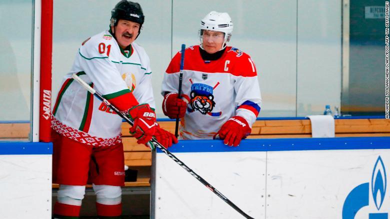 ประธานาธิบดีอเล็กซานเดอร์ Lukashenko เบลารุสเล่นในการแข่งขันฮ็อกกี้น้ำแข็งกับประธานาธิบดีรัสเซียปูตินในเดือนกุมภาพันธ์