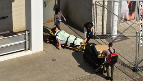 Le personnel médical fait rouler un modèle de faux patient dans le centre d'exposition ExCeL de Londres, qui a été converti en un hôpital de grande taille pour aider la réponse du coronavirus au Royaume-Uni.