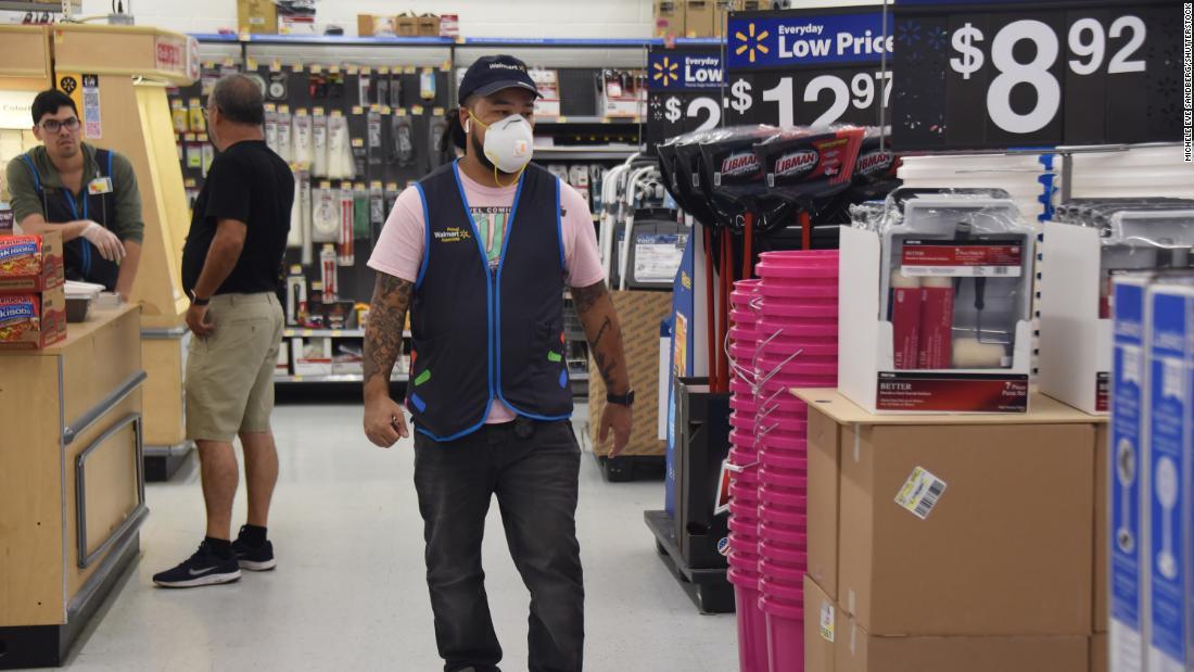 Walmart wird mit der Einnahme beginnen Mitarbeiter Temperaturen und lassen Sie Sie Masken tragen