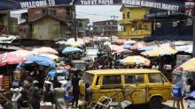 Oamenii se plimbă pe o piață aglomerată, fără a ține cont de o comandă de spațiu social, pentru a face cumpărături de ultimă oră înainte de o casă de ieșire, pe piața Mushin din Lagos.