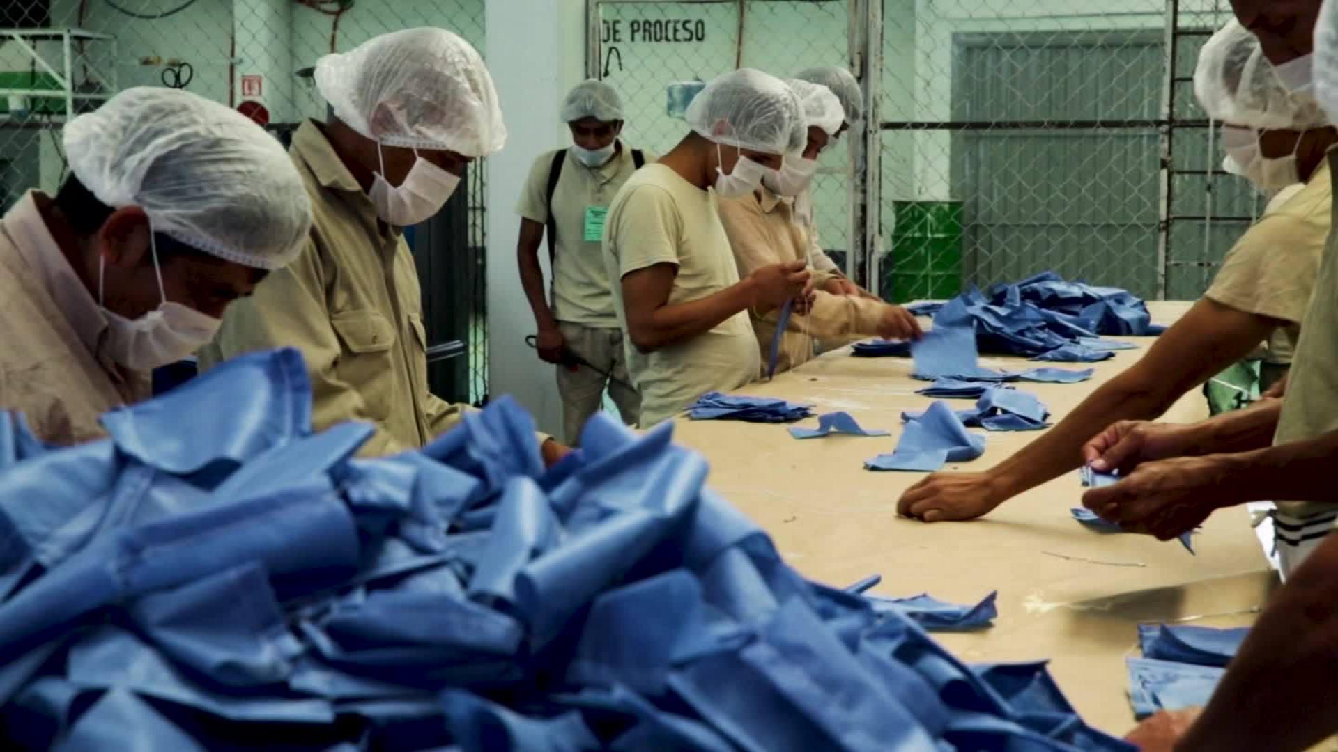 Presos en Ciudad de México fabrican miles de mascarillas por el coronavirus - CNN Video