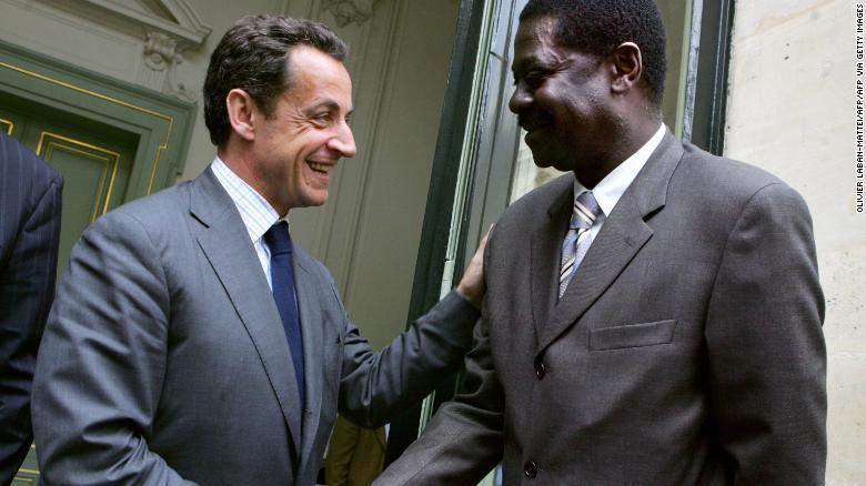 Diouf จับมือกับ Nicolas Sarkozy รัฐมนตรีว่าการกระทรวงมหาดไทยของฝรั่งเศส
