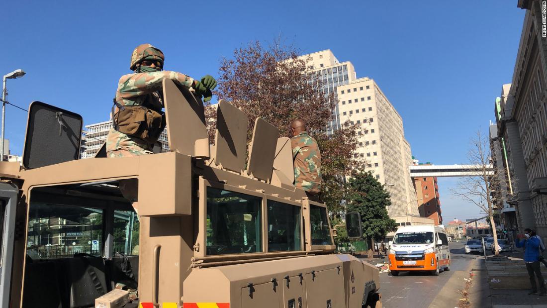 Dalam terkunci-down Afrika Selatan, kesatuan adalah sekilas