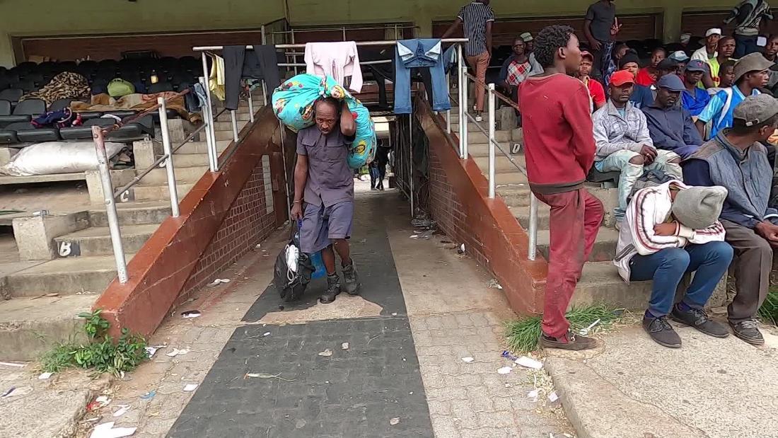 Νότια Αφρική συγκεντρώθηκαν οι άστεγοι σε ένα αθλητικό στάδιο