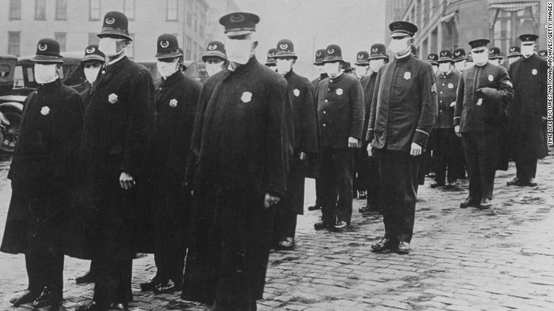 I poliziotti di Seattle indossano maschere per il viso durante l'epidemia di influenza del 1918, che ha causato milioni di vittime in tutto il mondo.
