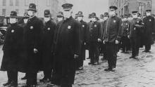 Poliția din Seattle poartă măști pentru față în timpul epidemiei de gripă din 1918, care a pretins viața a milioane de oameni din întreaga lume.