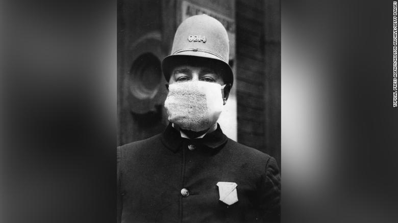 """Un poliziotto americano che indossa una """"maschera antinfluenzale""""  per proteggersi dallo scoppio dell'influenza spagnola dopo la prima guerra mondiale"""