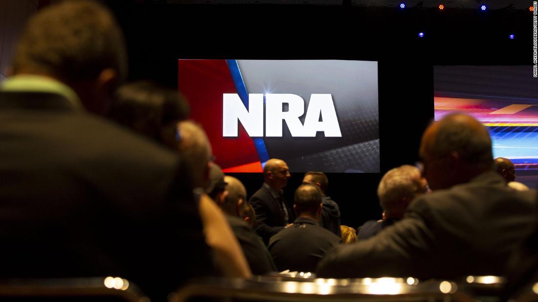 NRA menggugat New York untuk deeming toko senjata non-esensial bisnis coronavirus selama pandemi