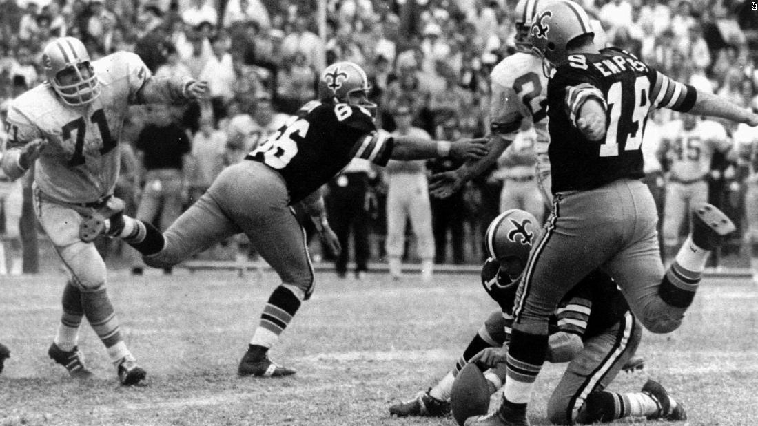 NFL kicker yang menetapkan rekor terpanjang lapangan tujuan meninggal coronavirus