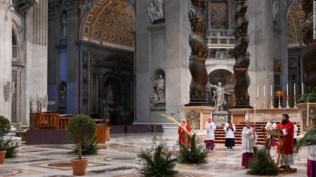 教皇フランシスパームを迎え日曜日に空の教会
