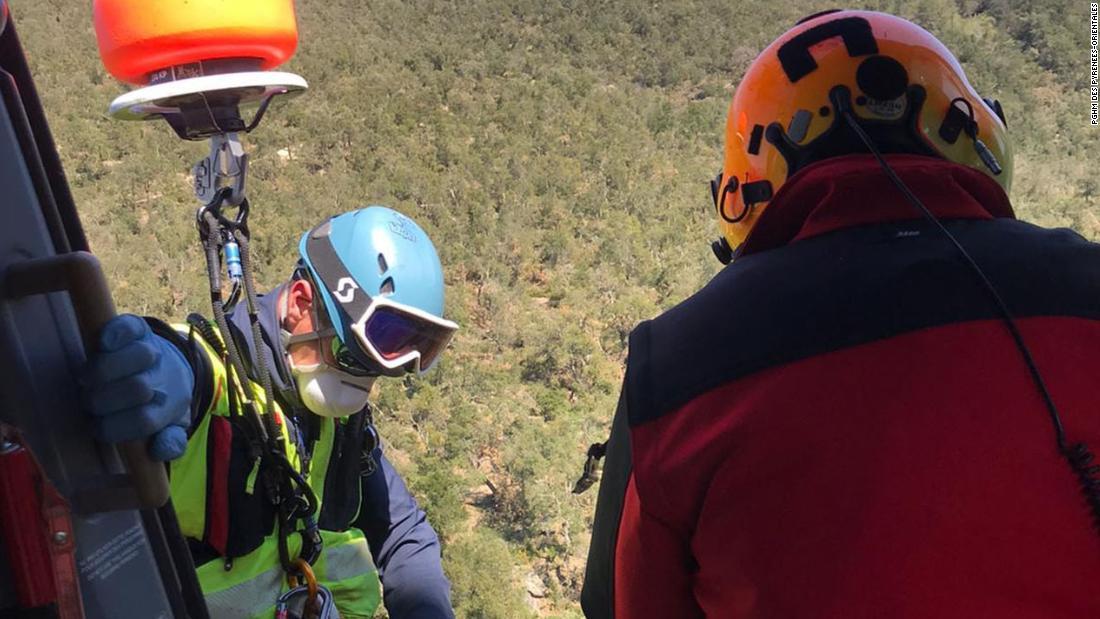 Manusia diselamatkan dari pegunungan setelah melanggar karantina untuk membeli rokok