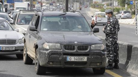 Forțele de securitate libaneze opresc mașinile la un punct de control la nord de Beirut pe 6 aprilie, în timp ce autoritățile aplică noi măsuri pentru restricționarea traficului de vehicule.