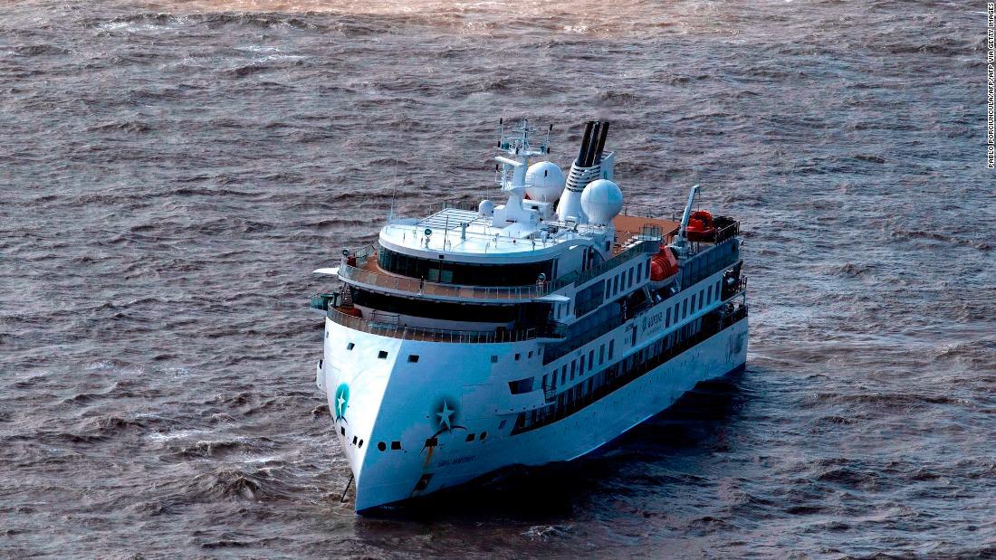 Penumpang akan dievakuasi dari Antartika kapal pesiar setelah hampir 60% tes positif untuk coronavirus