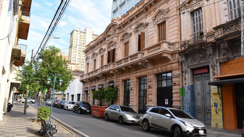 รูปภาพด้านหน้าของโรงแรมในอะซุนซิอองที่โรนัลดินโญ่และน้องชายของเขาทำหน้าที่กักบริเวณในบ้าน
