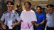 Ronaldinho și fratele său Roberto (dreapta) ajung la curtea Asuncion pentru a se prezenta în fața unui procuror.